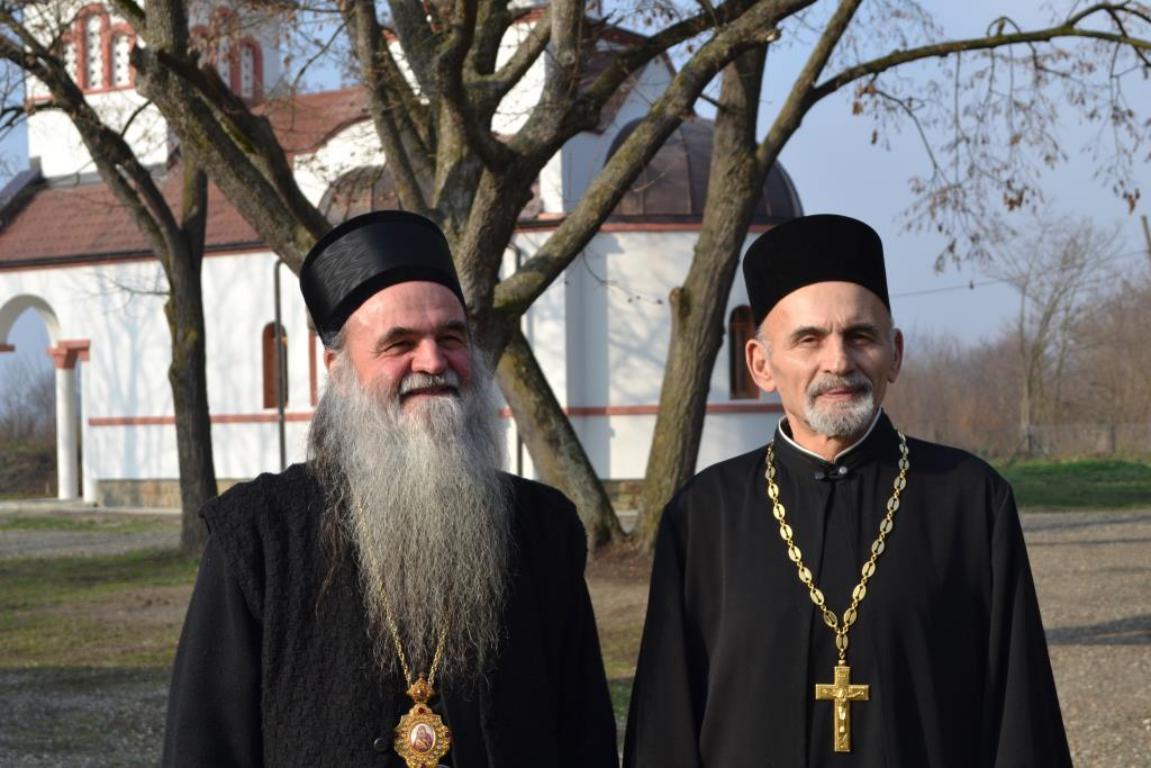 Владика Давид са протомДамњаном испред манастира светог Илије